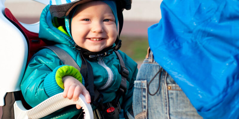 Lille barn med cykelhjelm på hovedet