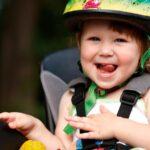 Billede af et barn i en cykelstol
