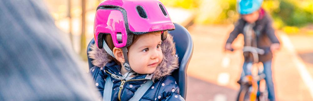 Billede af lille pige med cykelhjelm