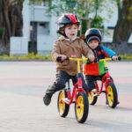 """"""" børn på løbecykel i trafikken"""