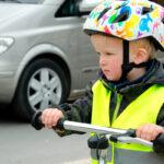 Billede af dreng i trafikken som bærer refleksvest