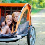 Billede af to børn i en cykeltrailer