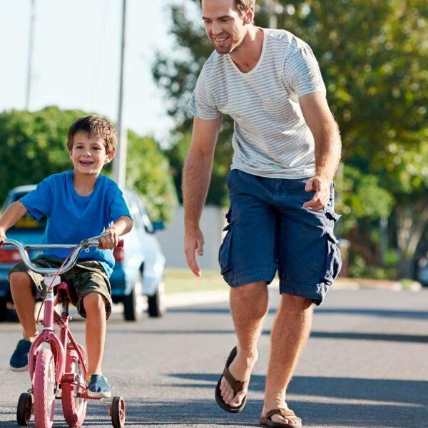 Billede af far der lærer sin dreng at cykle