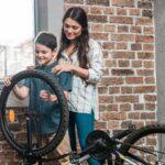 Billede af mor og bar der køber cykel
