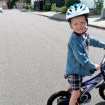 Billede af dreng der lærer at cykle