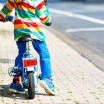 Billede af dreng der cykler på en vej