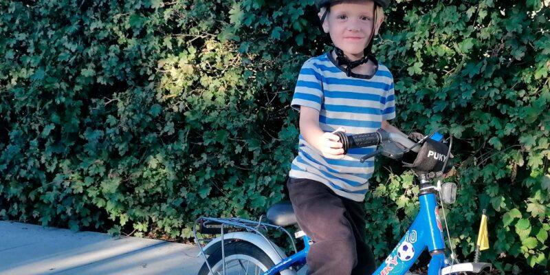 Dreng på en puky børnecykel
