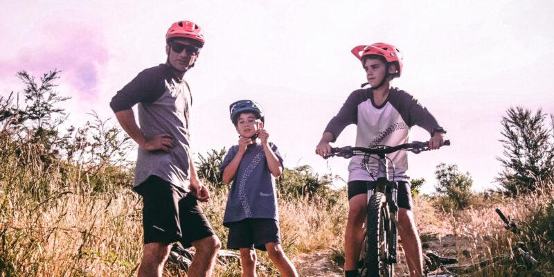 Far og to børn på mountainbike